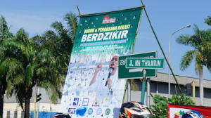 Ajakan memperingati 1 Mei 2013 kepada buruh dan pengusaha di kawasan industri Bekasi Jawa Barat. Lambang Forum Investor Bekasi (FIB) di atas dan lambang serikat buruh di bawah disertai gambar seorang ustaz terkenal, mengingatkan kita tentang keharusan buruh bekerja secara harmonis dengan pengusaha dengan landasan Hubungan Industrial Pancasila, yang diajarkan Soeharto (Foto: Dok. LIPS & KoPI 2013).