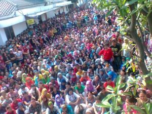 Lebih dari dua ribu buruh PT Panarub Dwikarya Benoa Mogok lima hari beturut-turut menuntut perusahaan mematuhi peraturan pengupahan dan kondisi kerja yang manusiawi, pada Juli 2012. Foto: Dok. SBGTS PT PDK